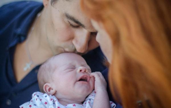 Счастливые родители и их новорожденный фото
