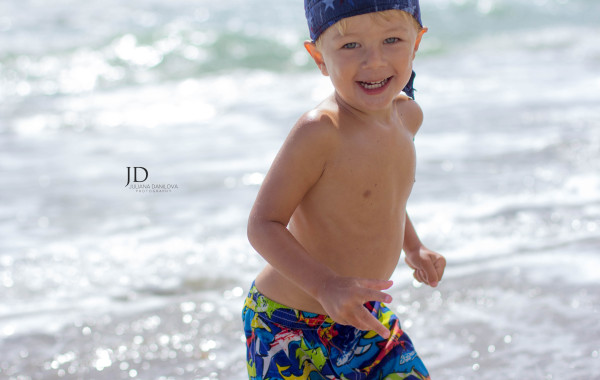 Веселый ребенок на море фото