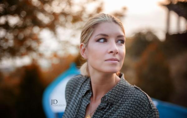 Фотография красивой молодой женщины