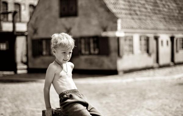 Фотография мальчика в старом городе Копенгагена