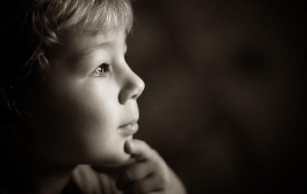 Задумчивый умный мальчик фото