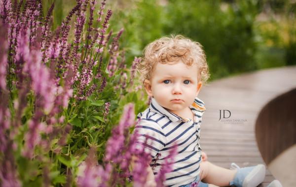 Красивый мальчик в саду фото