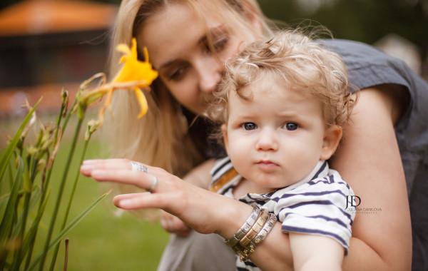 Фотография мамы и малыша в саду
