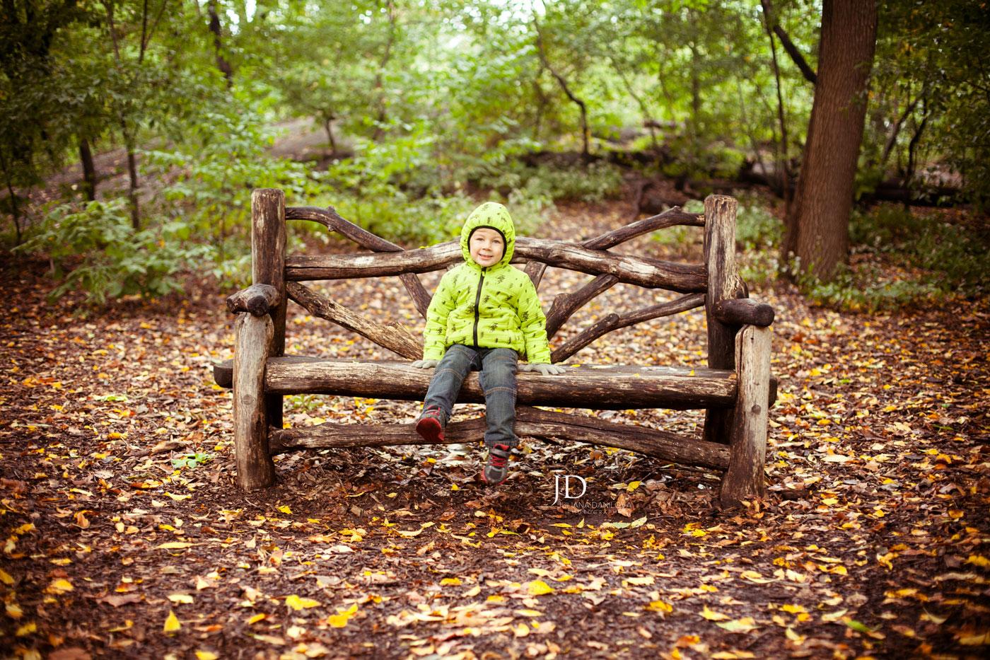 Малыш на скамейке в Центральном парке Нью-Йорка