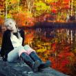 Девочка и осенний пруд