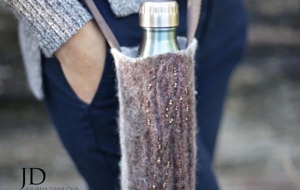 Фотография авторского холдера держателя для бутылки из валяной шерсти