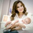 Молодая мама и красивый новорожденный малыш